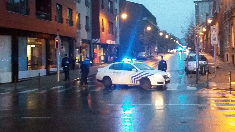 POLITIAKSJON: Politi sperrer en gate i Molenbeek-distriktet i Brussel i Belgia i forbindelse med en politaksjon knyttet opp mot terrorangrepene i Paris fredag kveld.