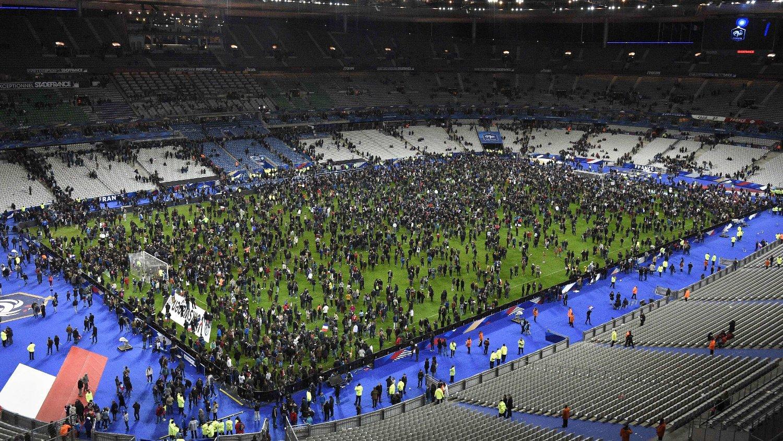 SAMLET SEG I FRYKT: Flere tusen tilskuere samlet seg på gressmatten etter vennskapskampen mellom Frankrike og Tyskland fredag kveld. De fryktet det verste hvis de gikk ut av stadion.