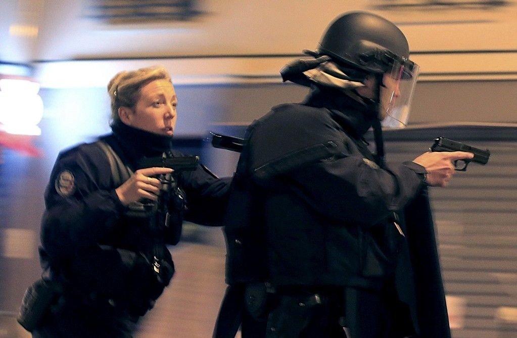 Fransk politi gjennomførte natt til mandag og mandag morgen antiterroraksjoner. Bildet er fra gaten ved La Carillon-restauranten i Paris, et av åstedene for terrorangrepene fredag. X IMAGES OF THE DAY