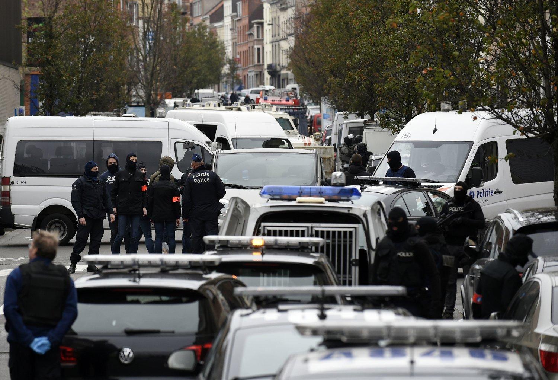 AKSJONERTE: Belgisk politi gjennomførte flere aksjoner mot adresser i Brussel-forstaden Molenbeek, der minst én av Paris-terroristene kom fra. Det skal ha oppstått skyting, skriver NTB.
