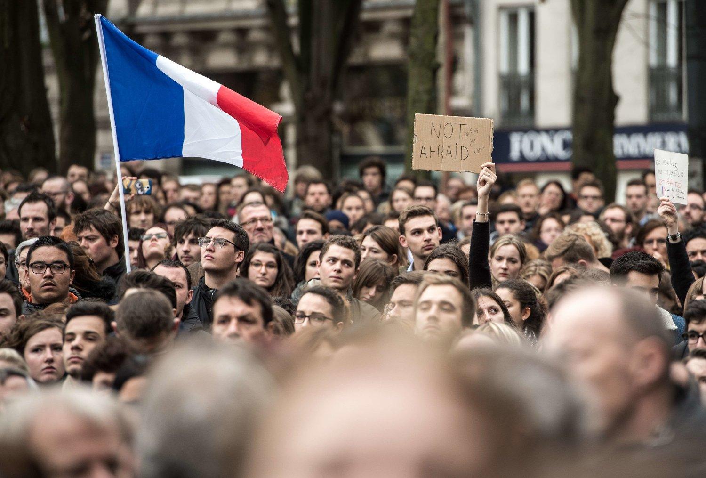 Mennesker står samlet til ett minutts stillet i byen Lille, nord i Frankrike.