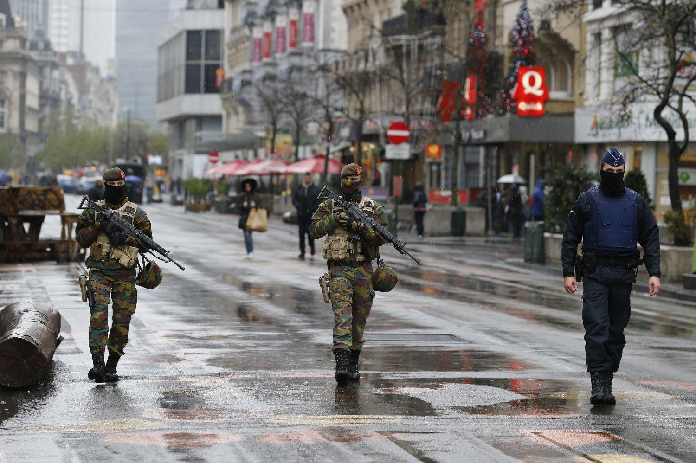 HØY SIKKERHET: Politi og soldater patruljerer Brussel, der terrorberedskapen er økt til høyeste nivå.