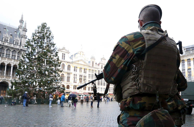 En soldat står vakt på Grand Place i Brussel søndag. Mandag morgen er beredskapen fortsatt høy i Belgias hovedstad (NTB).