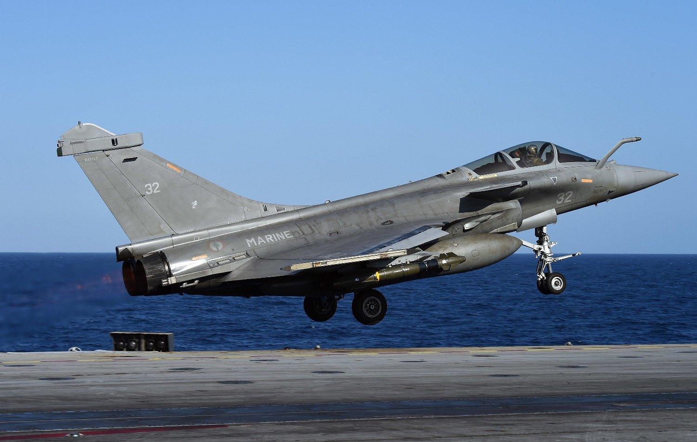Et kampfly med bomber letter fra hangarskipet «Charles de Gaulle» øst i Middelhavet mandag. Flyet er en del av Operation Chammal» i Syria og Arak mos IS.