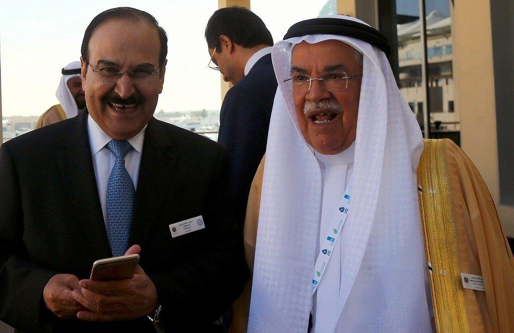 NYE TONER: Da Saudi Arabias oljeminister Al-naimi nylig ble spurt om deres strategi om å forsvare markedsandeler svarte Al-naimi; « Hvilken strategi… Hvem sier at vi beholder vår markedsandel?». Bildet: Saudi Arabias oljeminister Ali al-Naimi (til høyre) sammen med kollega i Bahrain Abdulhussain bin Ali Mirza under en energikonferanse i Abu Dhabi, desember 2014.