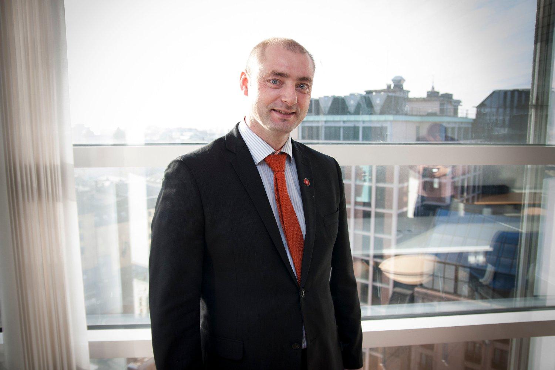 PRIORITET: - Jeg vil jobbe på høygir med å foreta reelle og kraftige innstramminger når det gjelder flyktningefordelen i folketrygden, sier arbeids- og sosialminister Robert Eriksson (Frp).
