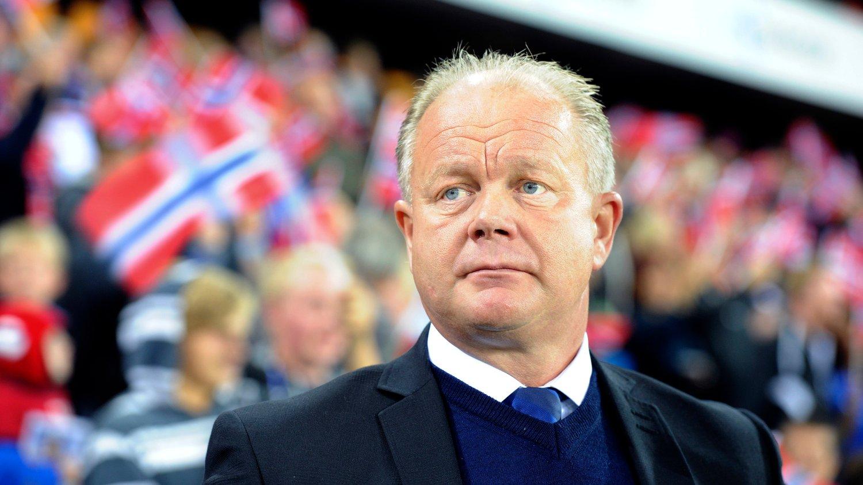 HVORDAN LYKKES? Per-Mathias Høgmo har forsøkt å gjøre det norske landslaget mer spillende. Foreløpig lar suksessen vente på seg. Nå er eksperter uenige i hva slags fotball Norge må spille for å lykkes.