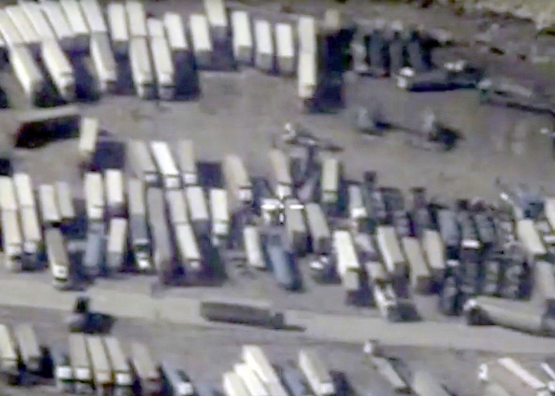 Satellittbildene skal ifølge det russiske forsvarsdepartementet vise en kolonne med tankbiler som først fyller olje på en installasjon i Syria, som kontrolleres av IS, og deretter krysser grensen over til nabolandet Tyrkia.