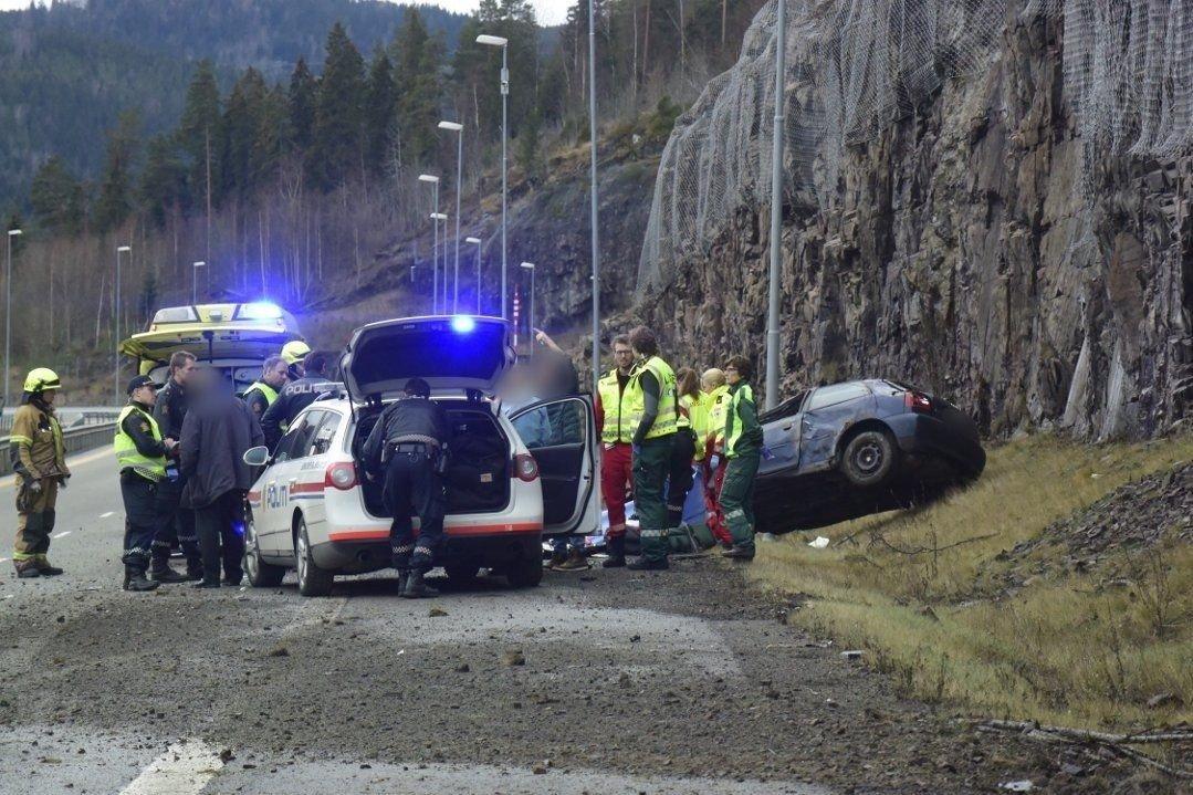 Det ble forsøkt lunge- og hjerterending på stedet, men livet til bilføreren sto ikke til å redde.
