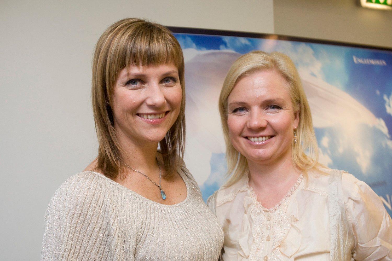 Prinsesse Märtha Louise (t.v.) og Elisabeth Samnøy driver Engleskolen og er forfatterne bak boken «Møt din Skytsengel».