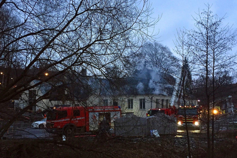 OVERTENT: Deler av Nedre Foss Gård på Grünerløkka i Oslo var overtent etter at det brøt ut brann onsdag kveld. 44 personer som oppholdt seg i bygningens restaurant er evakuert. Ingen skal være skadd. Torsdag morgen meldte brannvesenet om at de hadde kontroll på brannen.