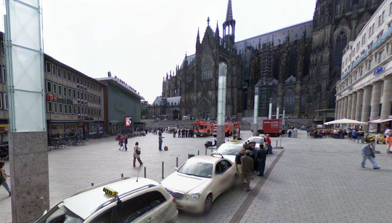 1000 MENN: Her, på plassen utenfor Köln togstasjon i Tyskland, ble mange møtt av en stor gruppe menn som «tok på dem overalt».