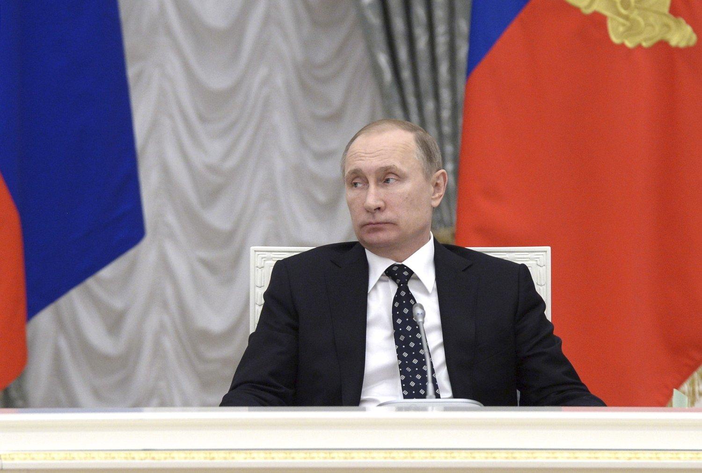 Regjeringen til den russiske presidenten Vladimir Putin nekter for å ha forsøkt å presse Bashar al-Assad til å trekke seg.