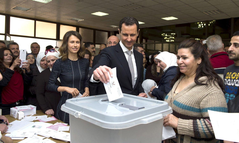TIL URNENE: President Bashar al-Assad og kona Asma (til venstre) avla stemme mandag.