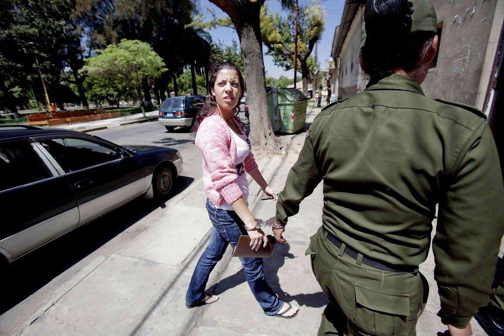 FENGSLET: Madeleine Rodriguez ble fraktet av politiet med håndjern tidligere på vei inn til kvinnefengselet San Sebastian i Cochabamba i 2010.