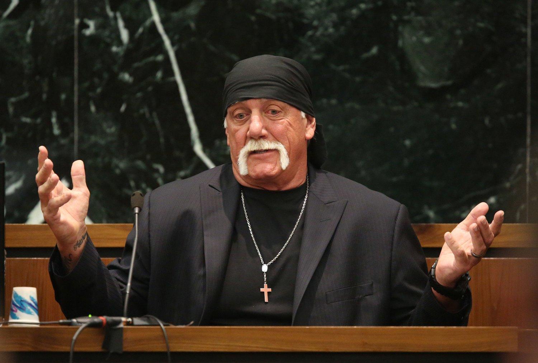 HULKEN FÅR MILLIARDÆR-STØTTE: Terry Bollea, alias Hulk Hogan, får økonomisk støtte i sin kamp mot Gawker Media. Her under den første rettsrunden da han forklarte seg om sexmøtet med kameratens kone.