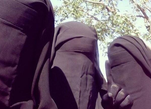 KVINNELIG POLITIBRIGADE: Tre kvinner knyttet til politibrigaden al-Khanssaa i den syriske byen Raqqa. Mange steder er burka påbudt, men i visse sikkerhetsområder i Nord-Irak er plagget nå forbudt.