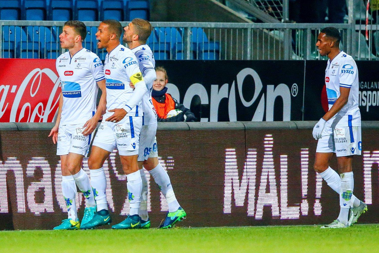 FORTSATT MULIG: Haugesundspillerne Filip Kiss (fra venstre), William Troost-Ekong og Nemanja Tubic jubler etter målet som avgjorde mot Bodø/Glimt på Haugesund stadion. Pasningslegger Liban Abdi (til høyre).