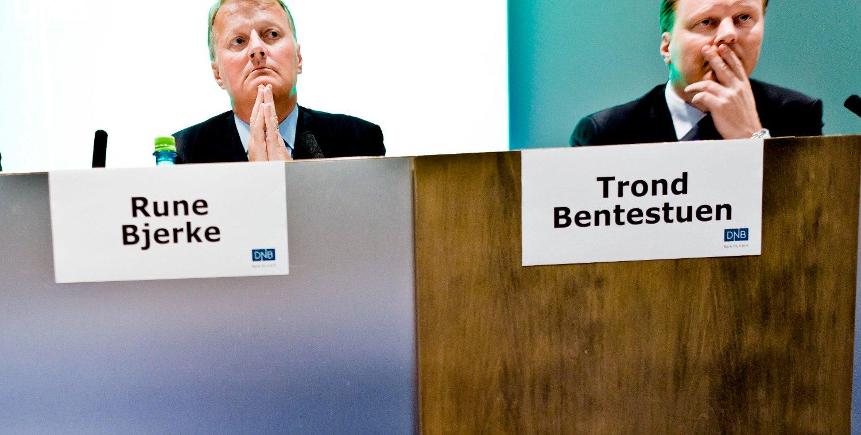 – Vi må lære folk at de faktisk må spare penger og bruke sunn fornuft, sier DNBs direktør Trond Bentestuen (t.h.), her med konsernsjef Rune Bjerke.