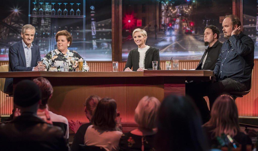 MANDAGSKLUBBEN: Ap leder Jonas Gahr Støre (tv) og Atle Antonsen (th) er de første gjestene i Mandagsklubben som er tilbake i ny innpakning etter 17 års pause. De nye programlederne er Anne Rimmen (i midten), Else Kåss Furuseth og Dag Sørås