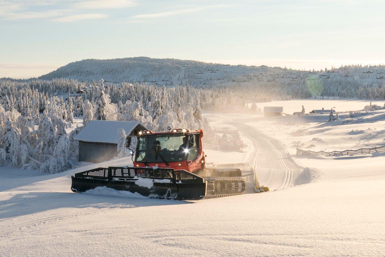 FORSØK: Regjeringen vil tillate at folk på ski skal kunne bli dratt opp på fjellet med en tråkkemaskin eller en beltevogn i en forsøksordning.