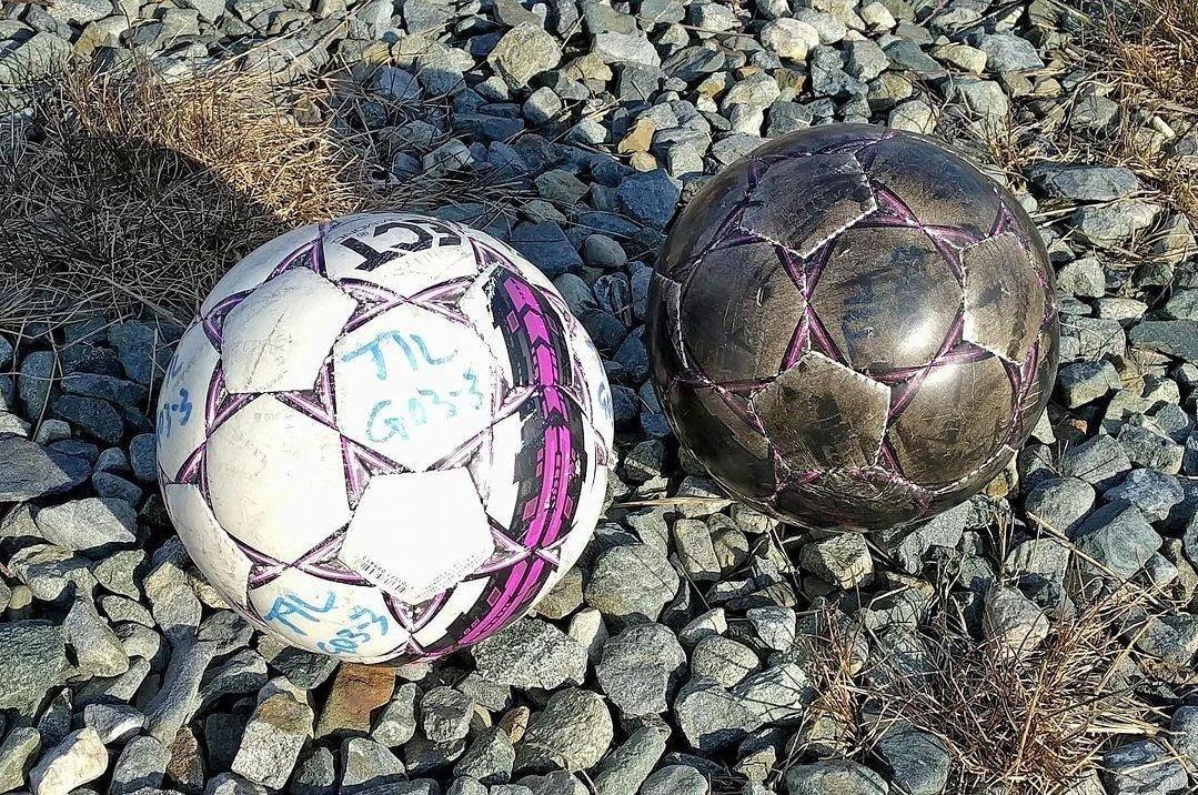 FØR OG ETTER: Da TILs G03-lag tok turen til Nordreisa lørdag hadde de med seg hvite fotballballer, som vist til venstre. Etter 30 minutter med oppvaming på kunstgressbanen var ballen nest helt sort - som vist til høyre.