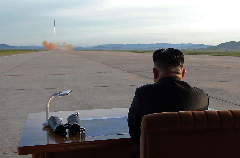 Spenningen mellom atommaktene Nord-Korea og USA er på sitt aller høyeste. Bildet viser den nordkoreanske lederen Kim Jong-un som overværer en missiltest.