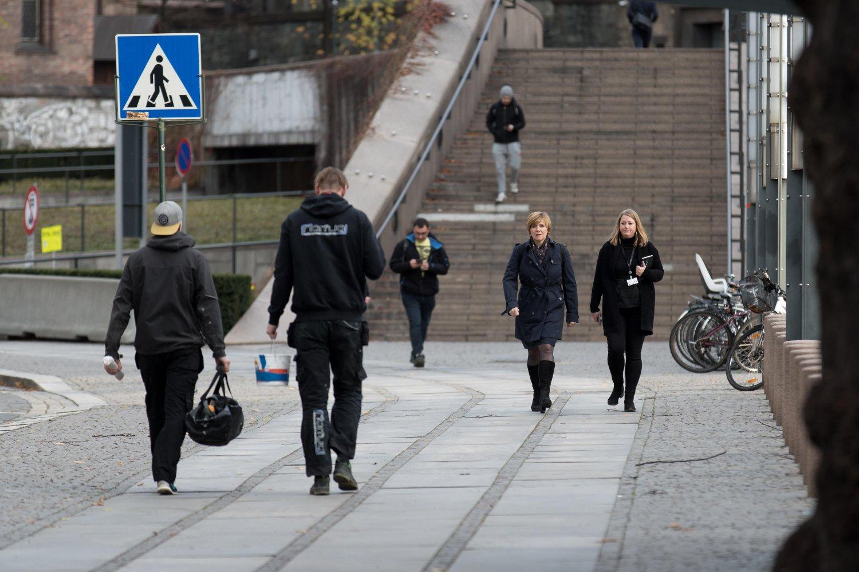 KOM – OG GIKK: SSB-direktør Christine Meyerpå vei til møtet med finansminister Siv Jensen. Etter møtet snek hun seg imidlertid unna pressen.