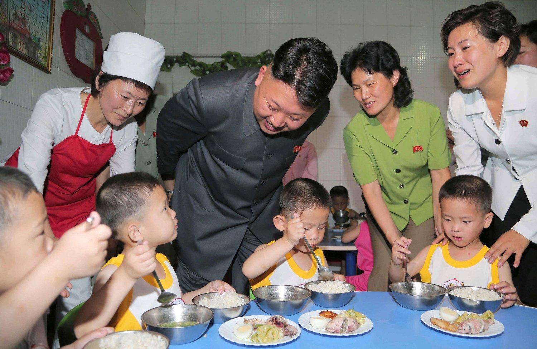 Nord-Koreas leder Kim Jong-un avbildet under et besøk på et barnehjem i hovedstaden Pyongyang. Besøket ble arrangert i forbindelse med den internasjonale barnas dag. Statsstyrte medier i Nord-Korea er kjent for å drive propaganda for regimet. Kim Jong-un styrer landet med jernhånd.