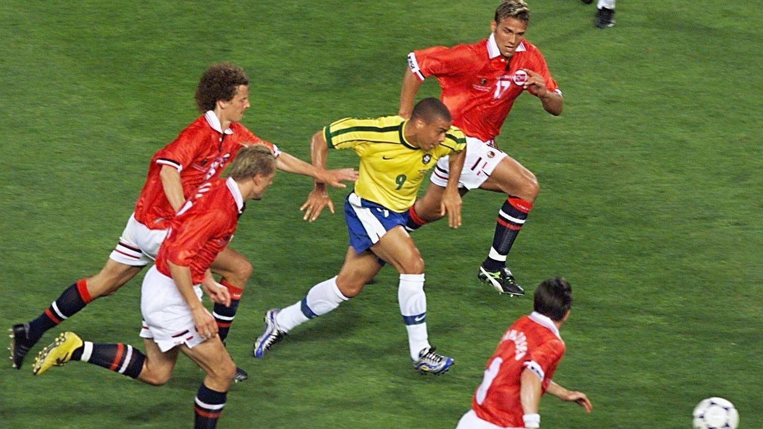 KLARE FOR KAMP: Dan Eggen, Kjetil Rekdal, Håvard Flo og Øyvind Leonhhardsen jager Ronaldo. Samtlige på bildet er med i omkampen på Ullevaal neste sommer.
