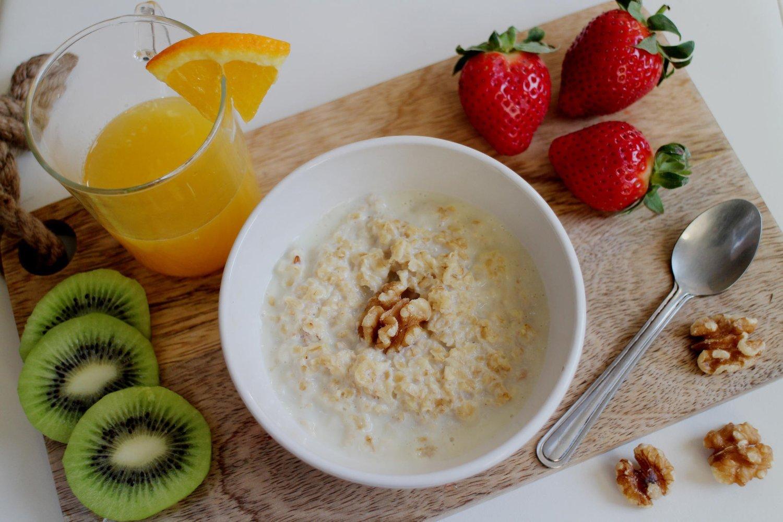 Low GI breakfast porridge , fruits and nuts Healthy eating frokost