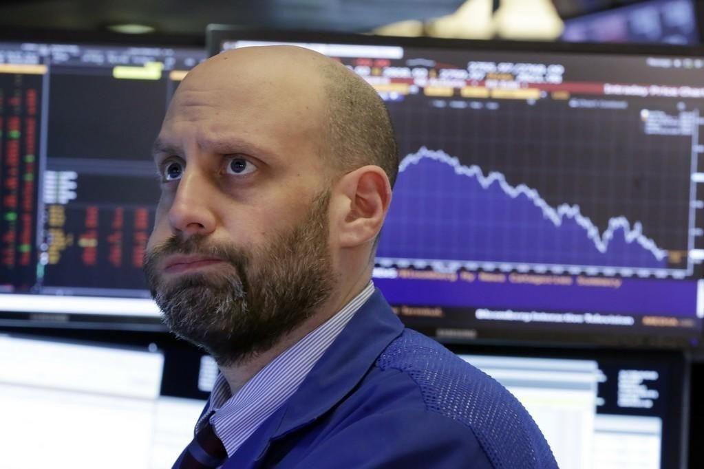 Børsene i Asia og på Wall Street, hvor denne megleren ser en smule skeptisk ut, falt da det ble kjent at president Donald Trump vil innføre ny toll på stål og aluminium.