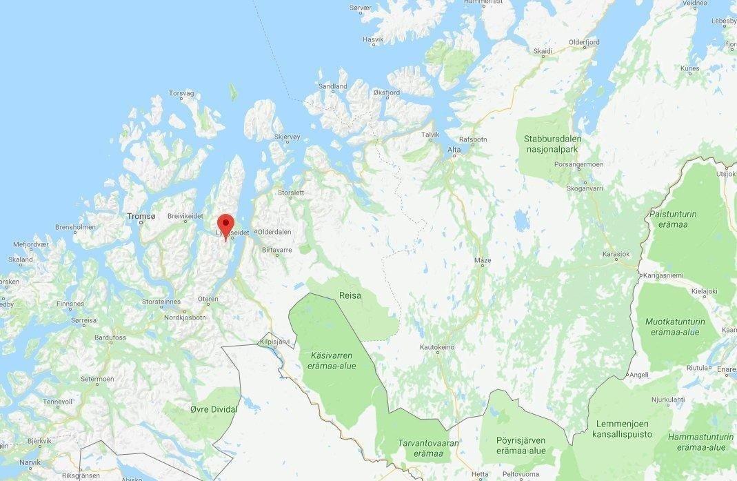 Et utenlandsk turfølge på åtte personer, hvorav én var skadet, fikk problemer med å komme seg ned fra Kavringtinden i Lyngen.