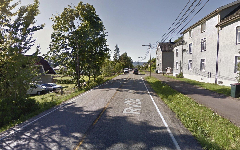 Rv23 er en svært trafikkert vei og går gjennom tettbygd strøk.