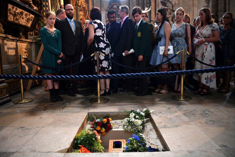 Stephen Hawkings aske fikk fredag plass i Westminster Abbey mellom Darwin oig Newton. Hans metallisk stemme ble sendt som en lydfil ut i verdensrommet i retning av et svart hyull 3.500 lysår borte. Foto: Ben Stansall/PA via AP/NTB scanpix