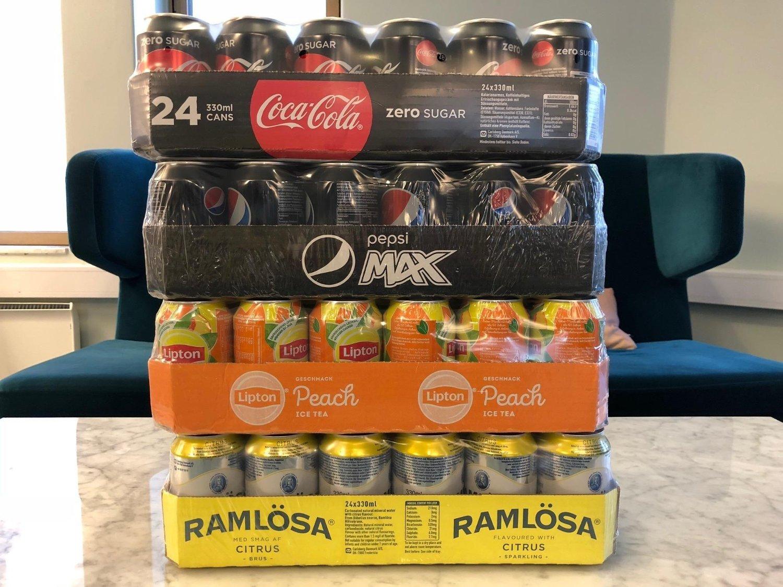 BILLIG BRUS: For under 350 kroner får du brett med Coca-Cola, Pepsi Max, Lipton Peach og Ramlösa.