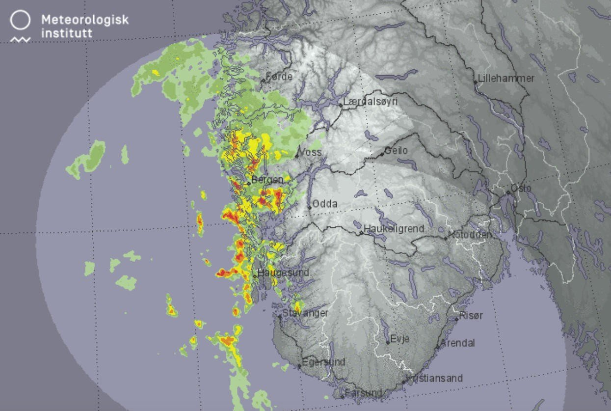 På yr.no kan du følge nedbørfeltene på værradaren. Slik er bildet for Vestlandet tirsdag morgen. Rødt betyr kraftig nedbør.