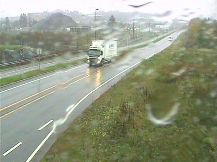 VÅT DAG: Vestlandet får en våt dag tirsdag med opp mot 70-110 millimeter regn. Bildet er fra riksvei 580, Flyplassveien, ved Flesland i Bergen.