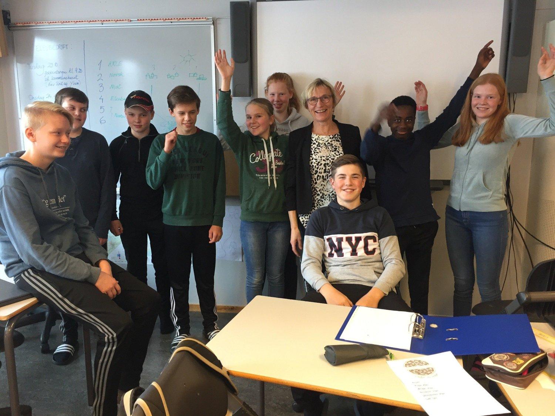 DELT FØRSTEPLASS: Rektor Reidun Joten og noen av elevene på 9. trinn på Tolga skole mottok tirsdag meldingen om at Hedmark-skolen er en av de to beste i landet på Nasjonale prøver.