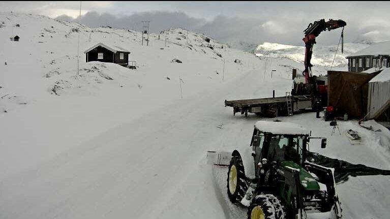 VINTER I FJELLET: Snø og brøytebil på Sognefjellshytta, 1400 meter over havet, torsdag ettermiddag. Til helga vil minusgradene dominere i hele landet nattestid, ifølge meteorologen.
