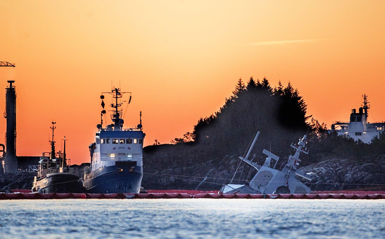 Arbeidet med den havarerte fregatten Helge Ingstad fortsetter lørdag morgen. Til nå er rundt 50 kubikkmeter marin diesel pumpet ut av skipet og rundt 385 kubikkmeter gjenstår. Foto: Marit Hommedal / NTB scanpix