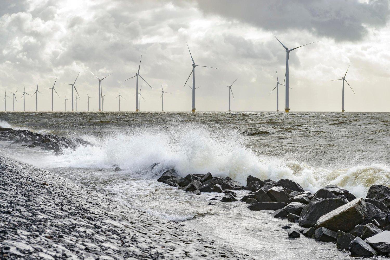 Kraftig overproduksjon av strøm i Danmark som følge av mye vind har ført til at strømkunder i landet får betalt nesten 50 øre per kWh for å bruke strøm. De lave prisene har smittet til alle naboland - bortsett fra Norge.