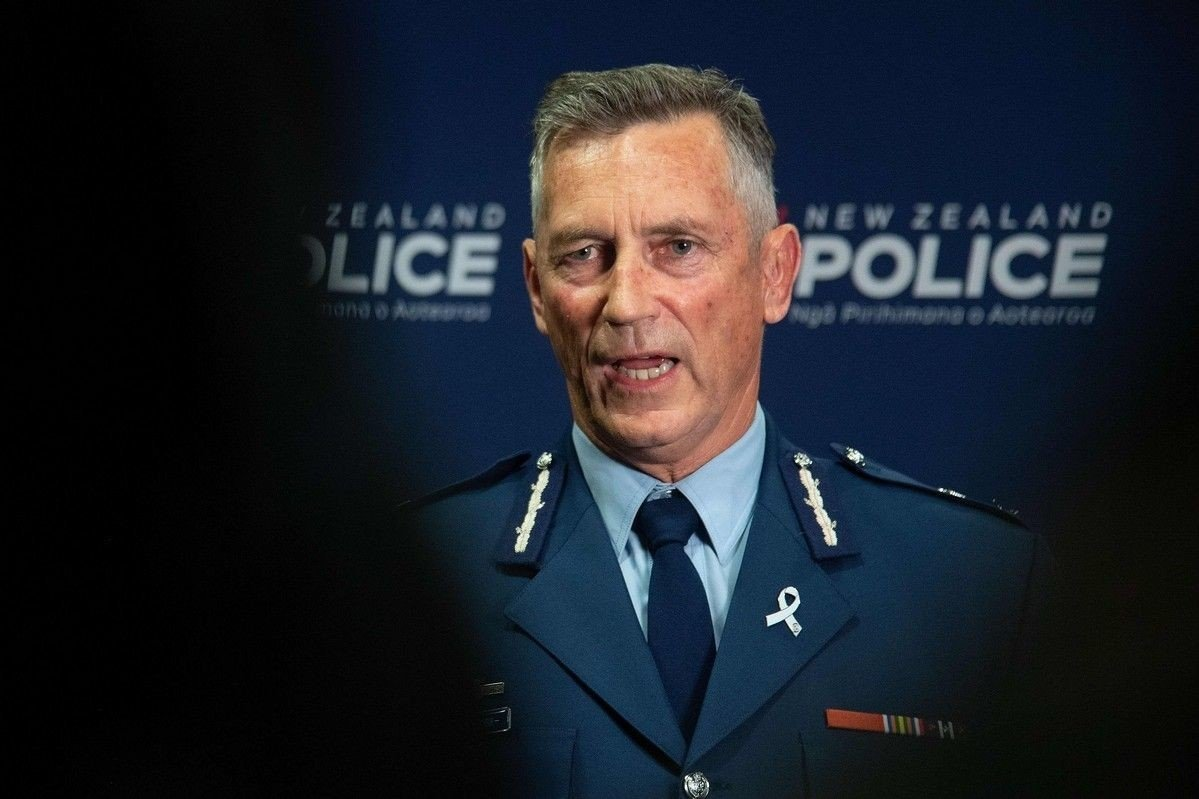 New Zealands politisjef Mike Bush møter pressen etter terrorangrepene mot to moskéer i Christchurch, New Zealand.