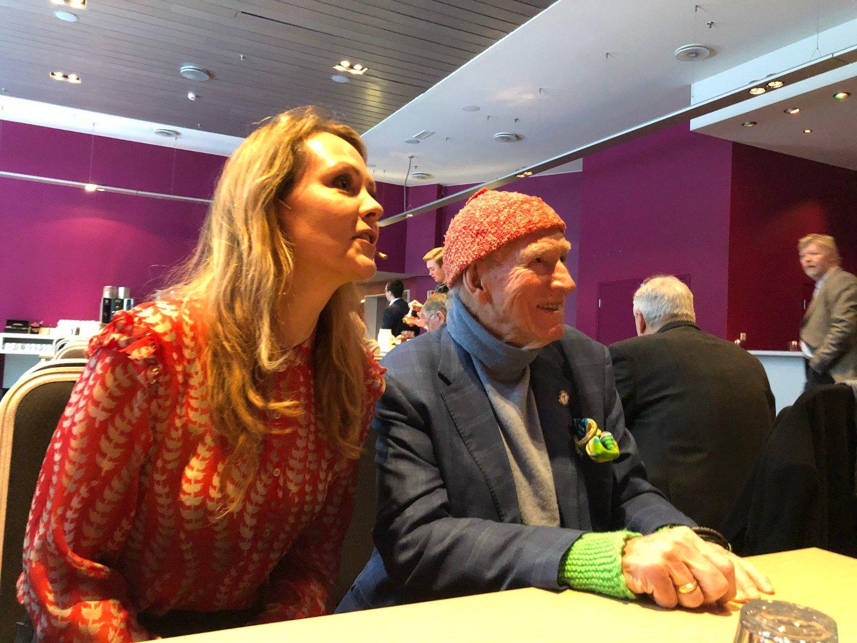 VIL STRAMME OPP: Høyres næringspolitiker Linda Hofstad Helleland hyllet Olav Thon da han kom til Høyres landsmøte fredag morgen. Nå vil hun forby Høyre-politikere til å si nei til næringsaktører som Thon.