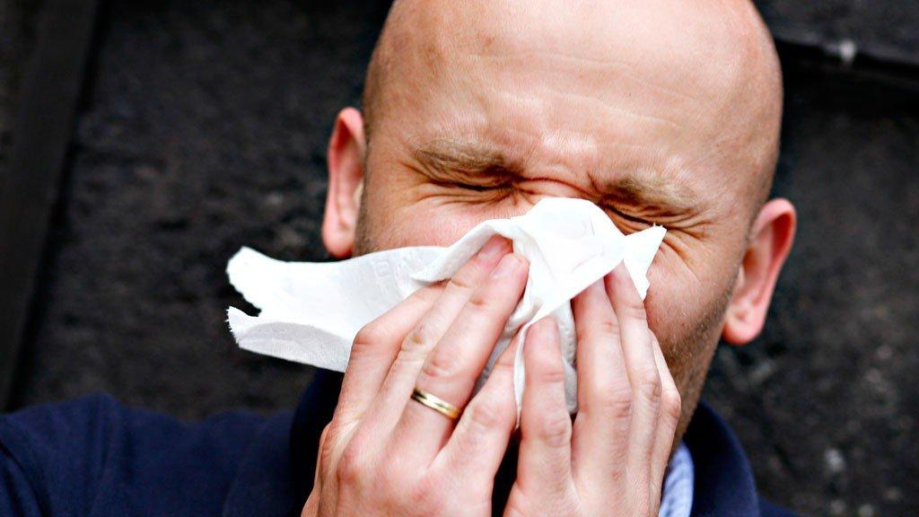 ATSJOO: Rennende nese, røde øyne og nys er bare noen av symptomene pollenallergi kan gi.