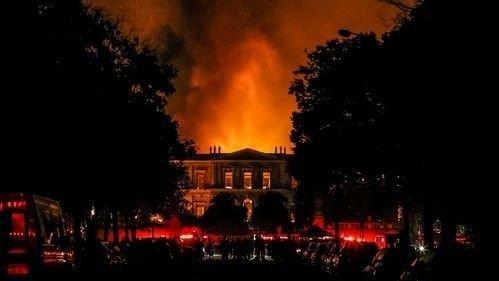 Sør-Amerikas største samling av historiske gjenstander – rundt 20 millioner gjenstander og 530.000 litterære verk – gikk tapt i brannen - som skyldes feil ved klima-anlegget.