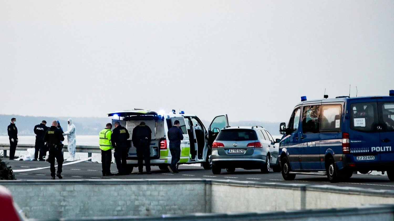 SKYTEEPISODE: Politi og ambulanser ved stedet der det var en skyteepisode på Rungsted Strandvej lørdag ettermiddag