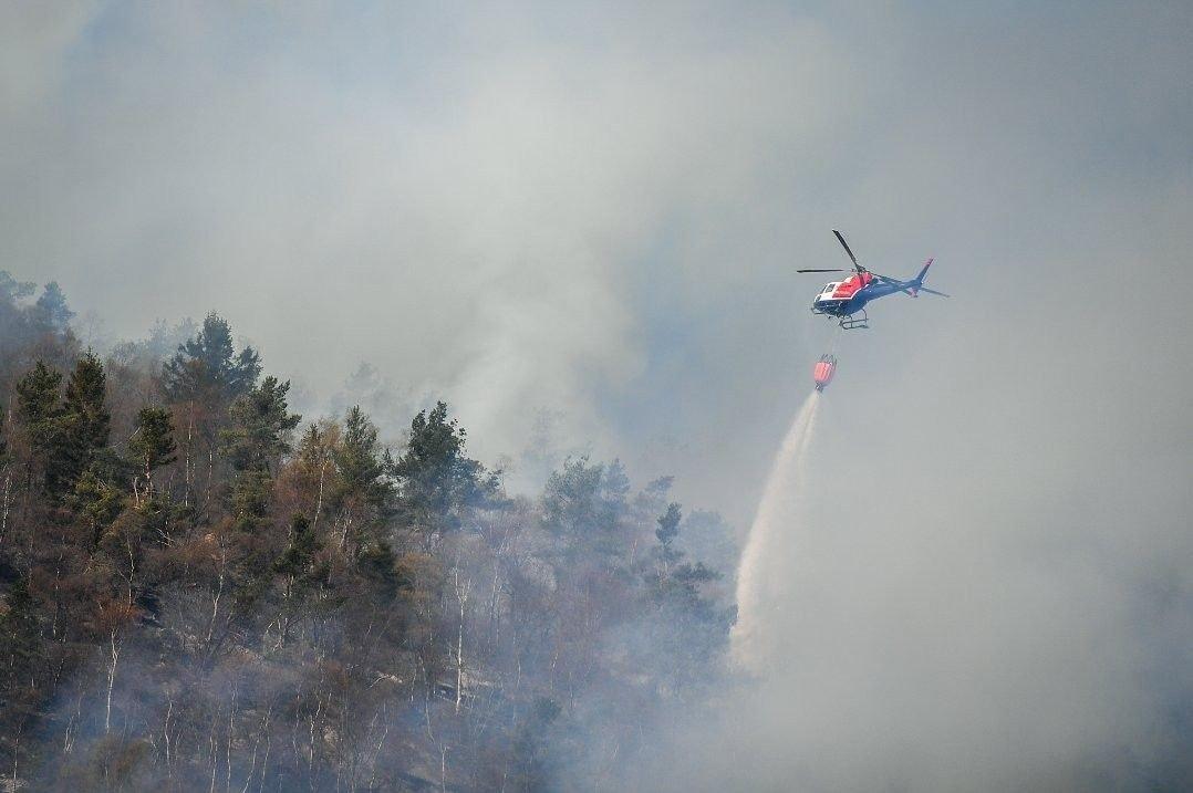 Brann på Løstakken i Bergen. Den kraftige røyken fra brannen kan sees fra store deler av byen.