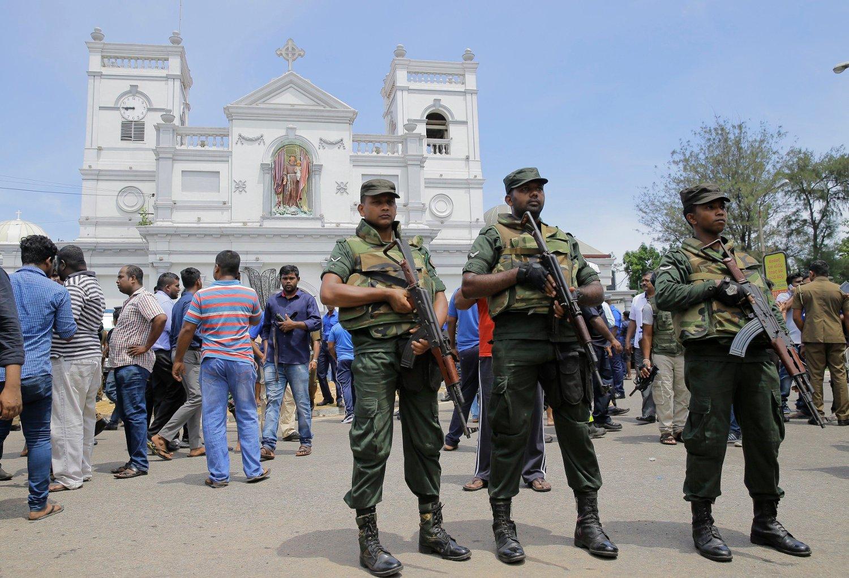 PÅ VAKT: Srilankiske soldater på vakt utenfor St. Anthony's Church i Colombo etter angrepene som rammet hovedstaden 1. påskedag.