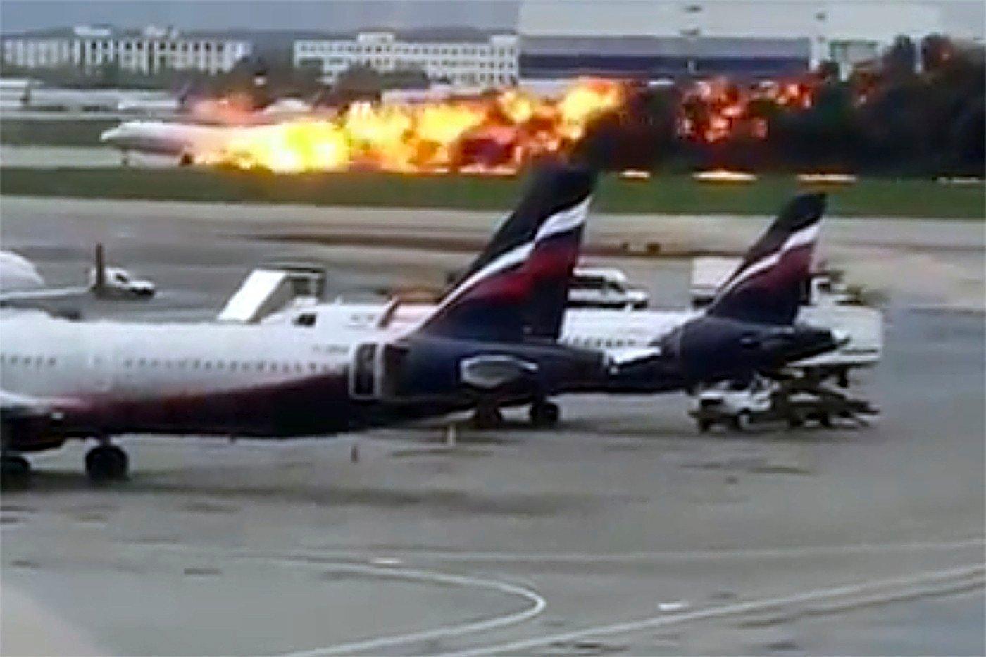 Dette bildet tatt av en Instagram-bruker viser dramaet på flyplassen i Moskva søndag. Foto: @artempetrovich via AP / NTB scanpix